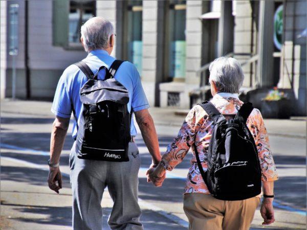 手をつないで歩く老夫婦