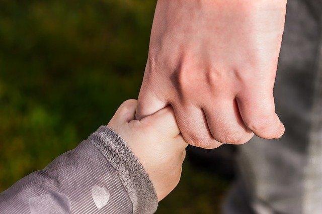 孫と手をつなぐ